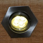 LED-Lampe vom Typ sechseckiger Einbaustrahler in der Holzhandlung Blömer